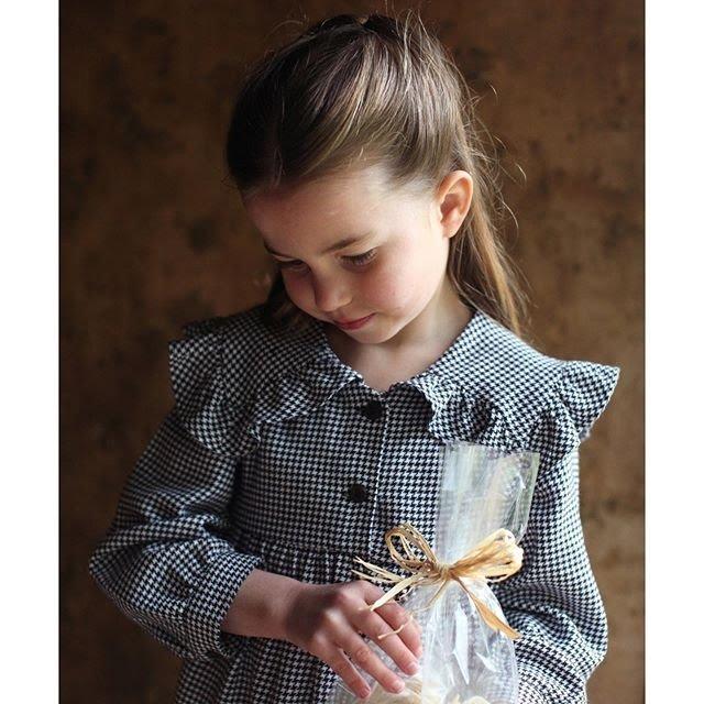 Принцессе Шарлоте 5: королевская семья опубликовала новые фото