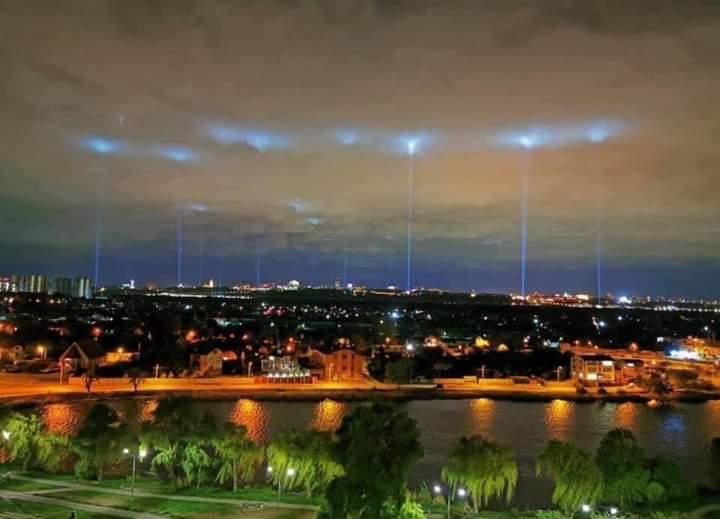 """""""Стоп культурный карантин"""": небо над Киевом пронзили лучи света"""