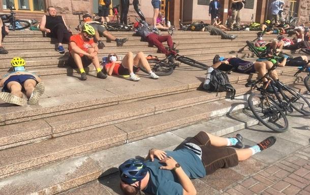 Под КГГА велосипедисты провели лежачий митинг
