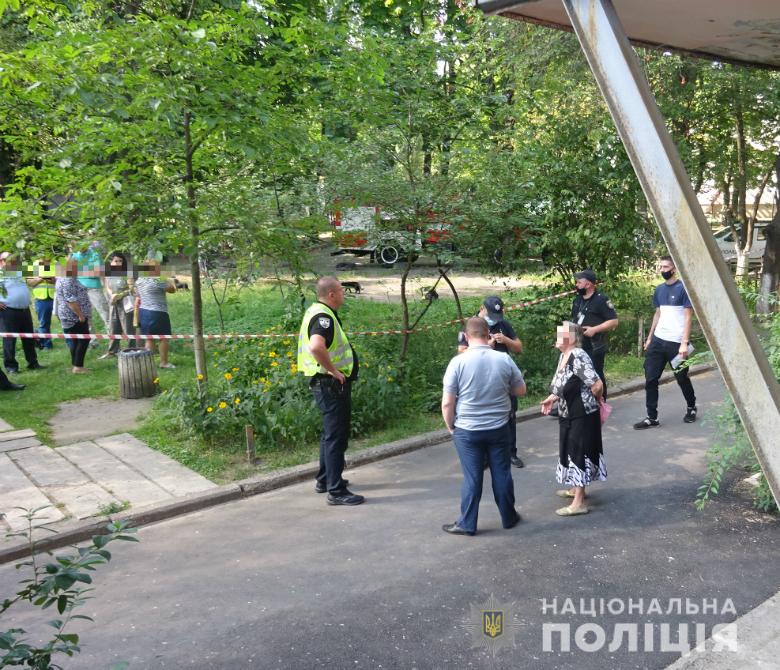 """В Киеве психически больной мужчина """"заминировал"""" школу и пытался взорвать дом"""