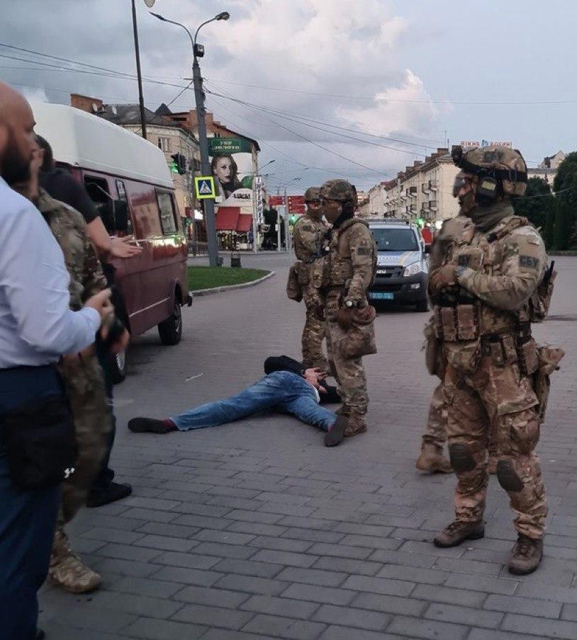 Террорист Кривош задержан. Из захваченного в Луцке автобуса вышли заложники