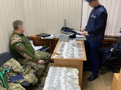 Полковника ВСУ поймали на взятке, он требовал 400 тыс. грн за помощь в участии в тендере – ГБР
