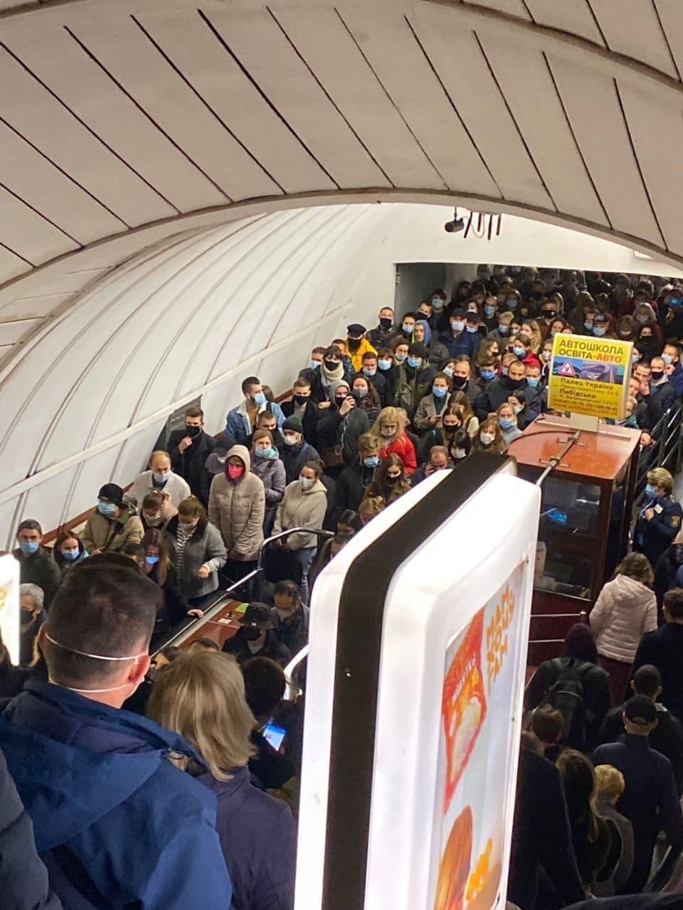 В киевском метро настоящий ад: фото и видео давки после звонка о минировании