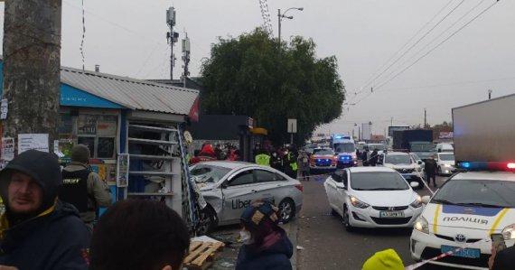 Жуткое ДТП в Киеве: в результате наезда такси на остановку погибли два человека