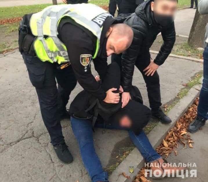 В Кривом Роге мужчина напал с ножом на прохожих, есть убитые и раненые