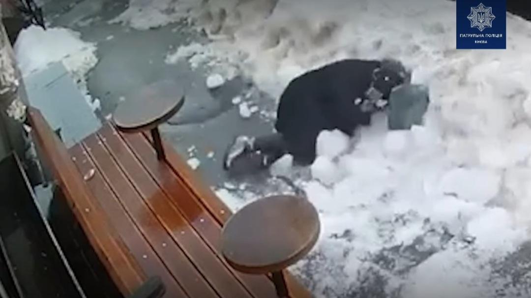 В центре Киева на женщину упала  глыба льда (ВИДЕО)