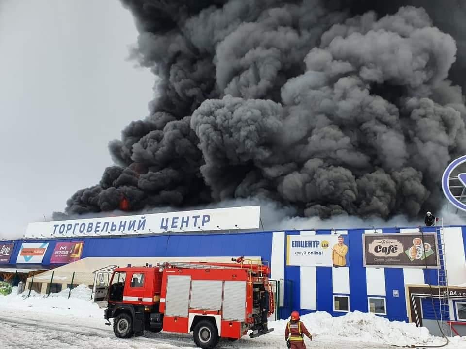"""Пожарные потушили масштабный пожар в """"Эпицентре"""", задержан поджигатель с топором"""