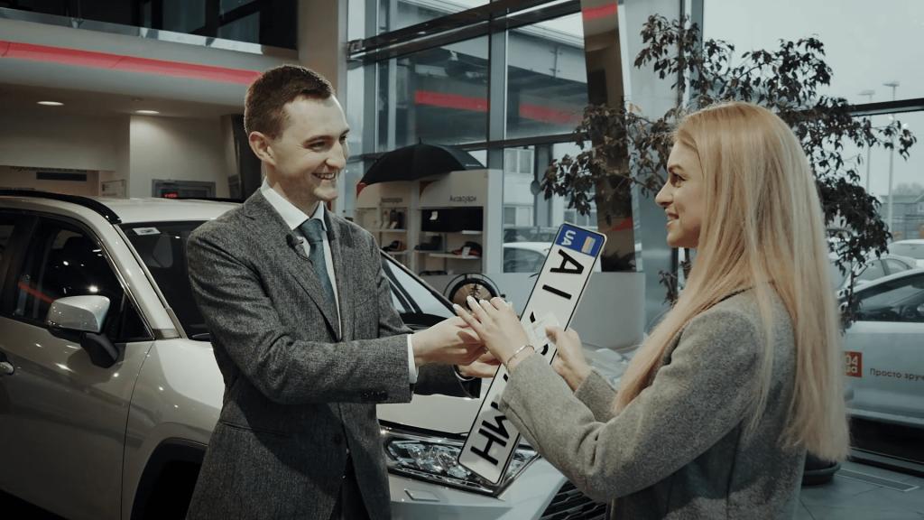 В Украине разрешили получать номера на авто прямо в автосалонах