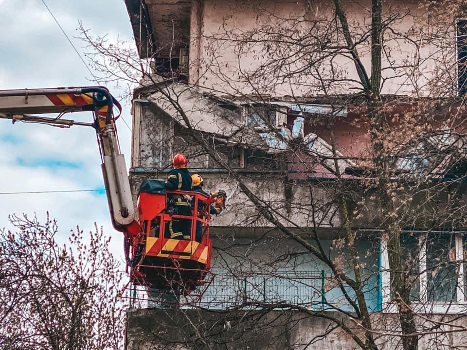В киевской многоэтажке обрушился балкон – ГСЧС