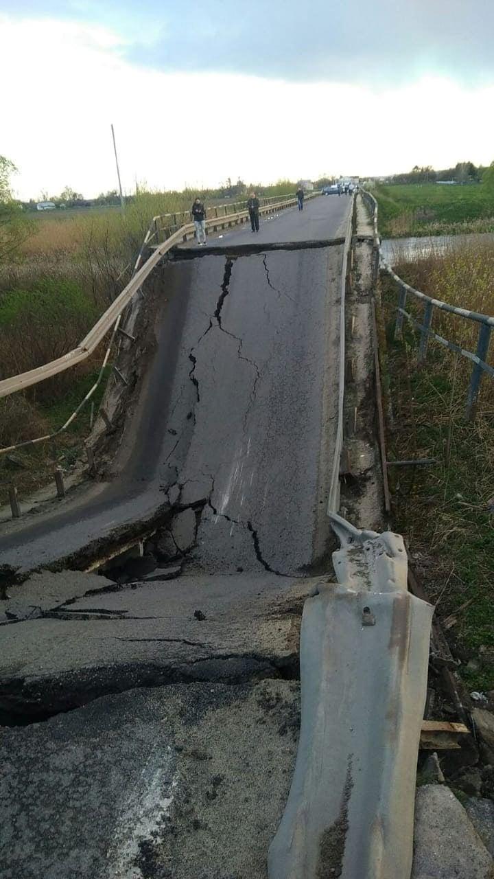 На дороге Львов-Луцк обрушился мост, трасса заблокирована