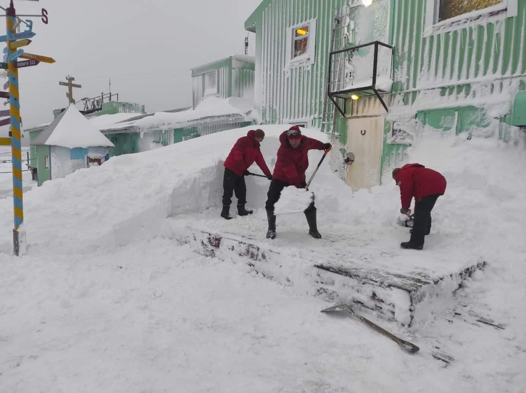 Полярную станцию Академик Вернадский замело снегом