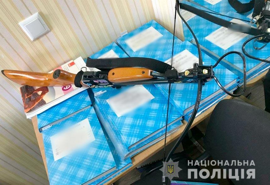 В Полтаве девушка из арбалета стреляла в учителей