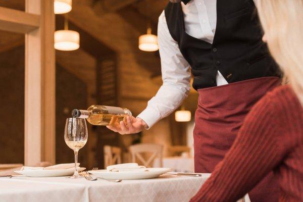 С октября алкоголь в ресторанах будут наливать медленнее — изменились правила продаж